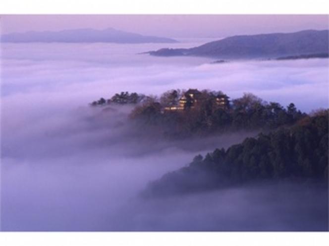 雲海に浮かぶ「備中松山城」