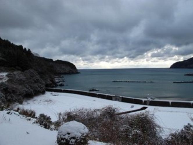 三陸の海の雪景色