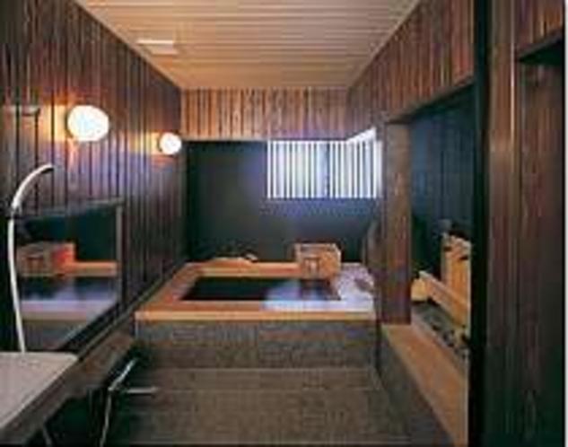 貸切風呂(庭の中にある漆芸檜風呂)