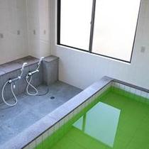 足を伸ばせる、ちょと広めのお風呂です。