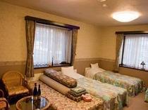 清潔感漂う明るく広い4ベッドの洋室フォースです。3〜4名様。ご家族・グループで。