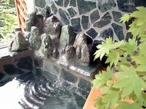 湯の流れ落ちる「ヤマセミの渓流」風呂