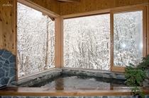 「ヤマセミの渓流」風呂 冬の雪景色