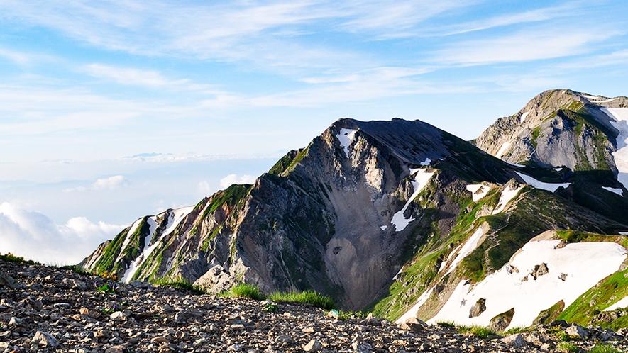**【白馬アクティビティ】白馬岳の白馬三山が連なる美しい姿は北アルプスを代表する景色となっています。