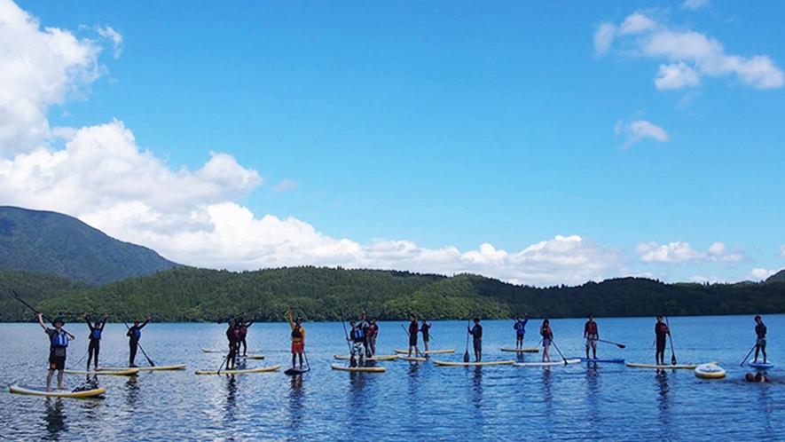**【白馬アクティビティ_SUP】ボードに立って乗り、湖をパドルを漕いで水面を進んでいきます。