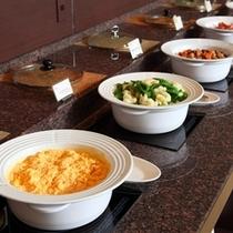 朝食ブッフェメニューの一例〜あたたかいお料理は、あたたかいままお愉しみいただけます。