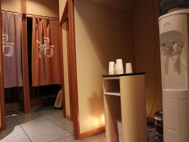 貸切家族風呂場の前にウォーターサーバーを設置しています。風呂上りにどうぞ♪