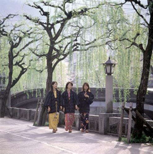 温泉街の景色(北柳通り)モデルあり