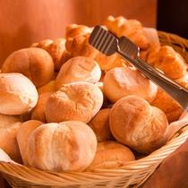 朝食バイキングはパンもあります。