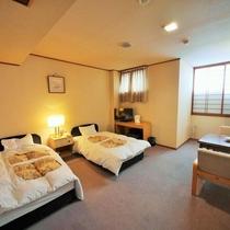 【山側洋室】眺望なしのツインルーム。ユニットバス付14~20平米。