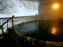時の経過を感じる総檜風呂です。長い年月をかけて付着した湯の華もまた趣があると思います。川のせせらぎを