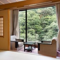 【湯乃庄】椅子に腰かけリラックスして山の大自然をお楽しみいただけます。