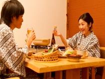 周りに気兼ねなくお食事処での朝夕半個室食でごゆっくりと・・。