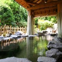 大浴場(露天風呂/男性)…緑と岩に囲まれた源泉100%掛け流し加温無し〈宿泊者無料〉