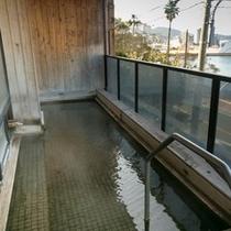 大浴場「茂吉の湯」の露天風呂からは橘湾が見渡せます