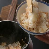ふっくらと炊きあがるアミの釜飯はほのかな塩味と甲殻類のもつ旨味でやさしい口当たりです。