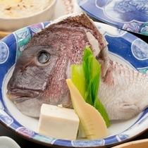 『千代蒸し』は、鯛のお頭をまるごと使い、酒蒸すことにより鯛本来の素材の旨みをギュッと閉じ込めました。