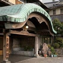 立派な唐破風の門構えが当館の特徴でございます