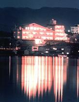 加茂湖とホテル全景(夜)