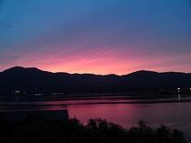 宿よりのぞむ朱鷺色の夕焼け