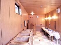 大浴場の脱衣場。あかるく広々としています