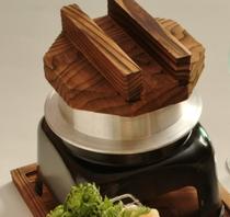 夕食は季節の味わいをいかした和食膳を。特に炊き立てを楽しむ「釜飯」は人気の一品!