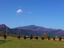 川渡温泉から望む紅葉する花渕山