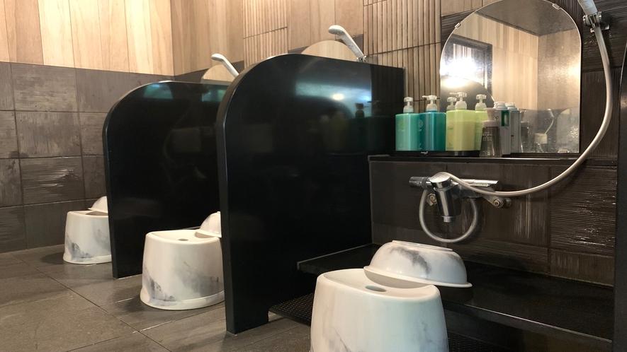 大浴場洗い場◇男性大浴場:6か所、女性大浴場:4か所ご準備しております。(写真は男性大浴場)