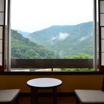 和室の広縁からは箱根連山を眺めることができます。