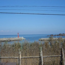 景色:前には間垣、後ろには海が眺められます。