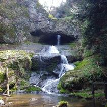 当館より車で5分の桶滝。滝の側から出ている湧水を飲むと幸せになれるとか!?