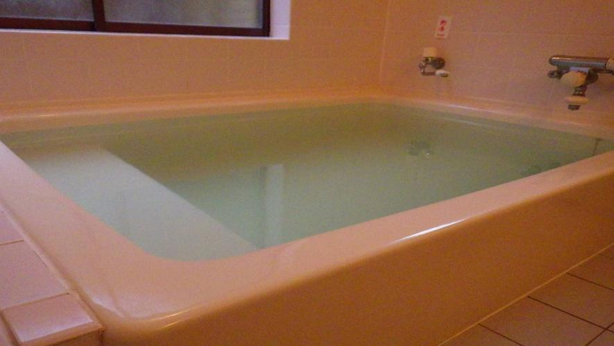 *湧水を使った、やわらかな肌触りのお湯。貸切でもご利用いただけます。