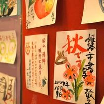 絵手紙コーナーは当館でも人気があります。旅の思い出の力作をご覧いただくの楽しいですね。