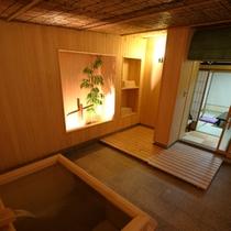 貸切風呂『お通』 木製の造りで、ゆっくりとお寛ぎいただけます。