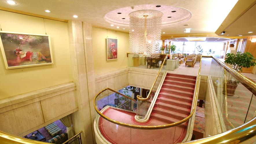 中央階段を上がられると2階にもくつろぎのロビーがございます。
