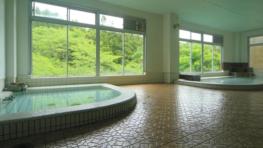 ◆【大浴場-新緑-】開放的な大きな窓の大浴場は、24時間ご利用いただけますので、お好きな時間にお楽し