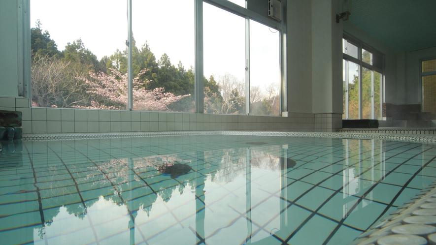 ◆【大浴場-春-】当苑のお風呂は、肌ざわりの柔らかい水質が自慢です。