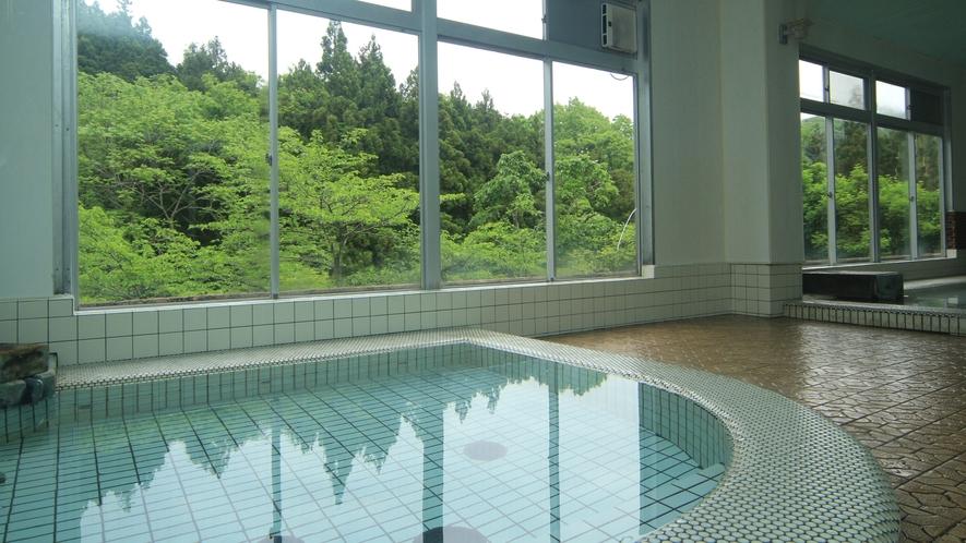 ◆【大浴場-新緑-】当苑のお風呂は、肌ざわりの柔らかい水質が自慢です。