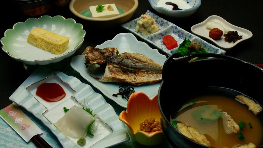 ◆【ご朝食一例】朝食は、弥彦「麓(ふもと)産コシヒカリ」に良く合うおかずをいろいろご用意しております