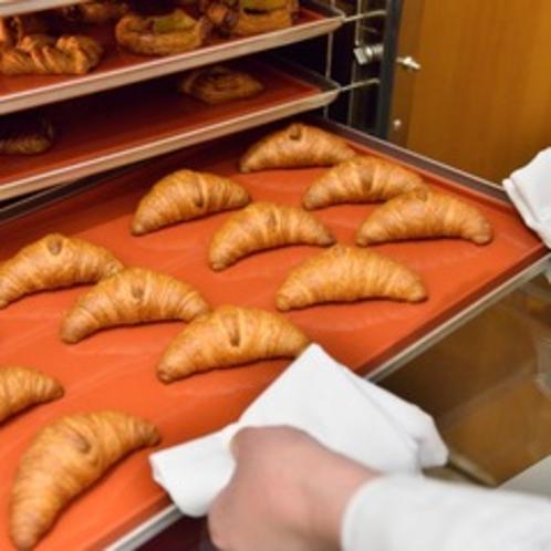 朝食では毎朝・焼き立てのパンをご用意♪