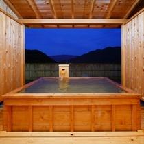 露天風呂付客室「風花」の露天風呂(夜景)