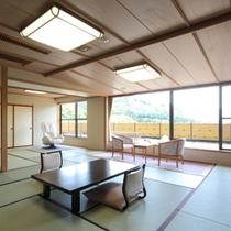 【特別室】12.5畳+8畳の二間続きのお部屋はふすまで仕切る事が出来ます。檜風呂とマッサージチェア付
