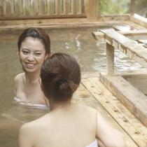 露天風呂で景色と自然を楽しみ温泉を堪能!
