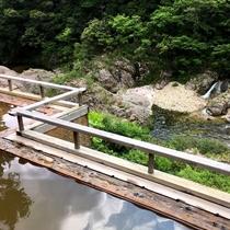 板敷川を眼下に見下ろす露天風呂「落ち葉の湯」