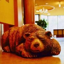 【ロビー】木彫りの熊がお出迎え♪