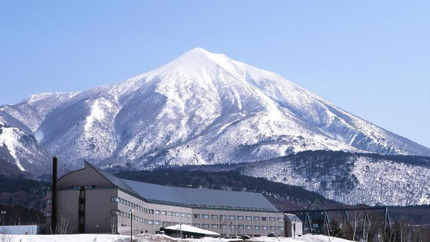 ホテル外観と磐梯山(冬)