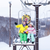 【星野リゾート 猫魔スキー場】ファミリーリフト「ニャンダーリフト」