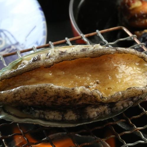 「アワビ踊り焼き」新鮮だからこそ海鮮の旨味を閉じ込めたような味わいが口いっぱいに広がります