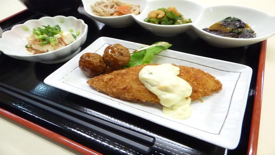 メイン 白身魚のフライ・肉団子(メニュー例)