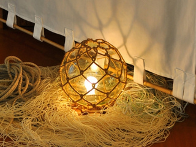 館内には、漁船灯などの設えも。